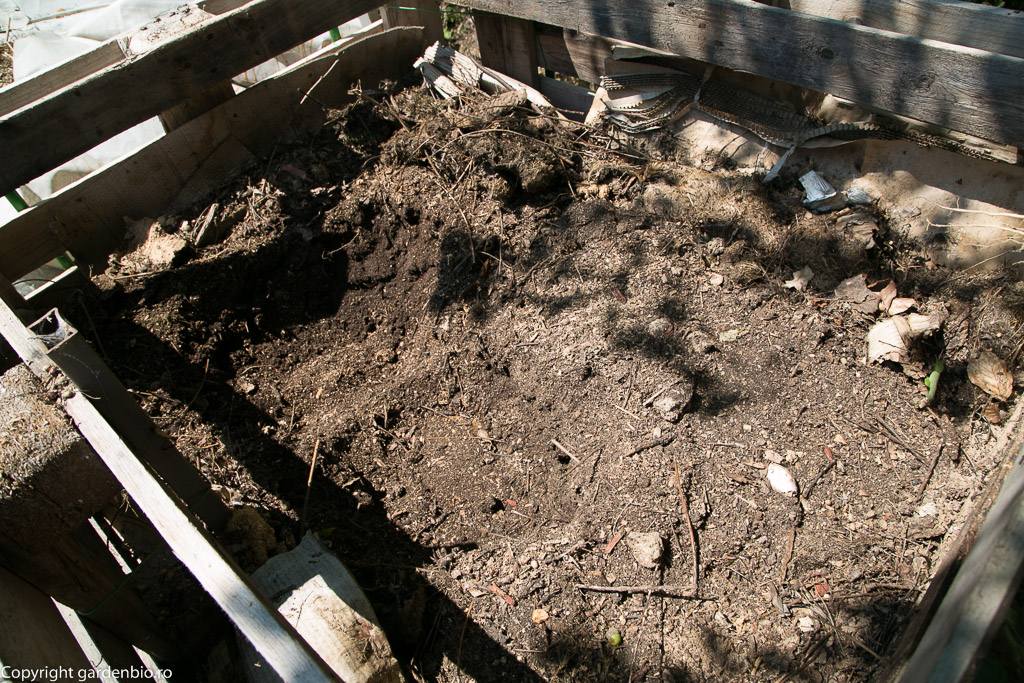 Materia organică se transformă în compost după 6 luni.