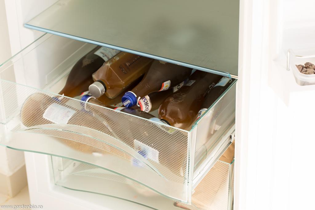 Sticle cu extract de urzica puse la pastrare in frigider