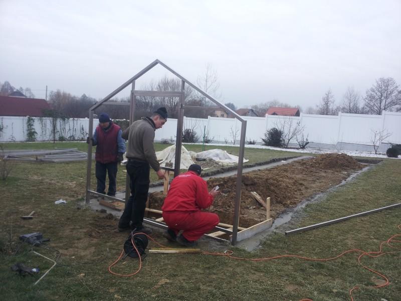 Se montează primele cadre metalice galvanizate pe fundația de beton