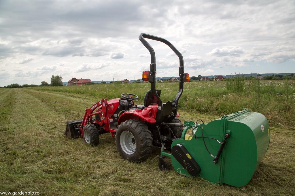 Tractor TYM 27 CP cu cositoare cuplată la priza de putere a tractorului, cu înmagazinare