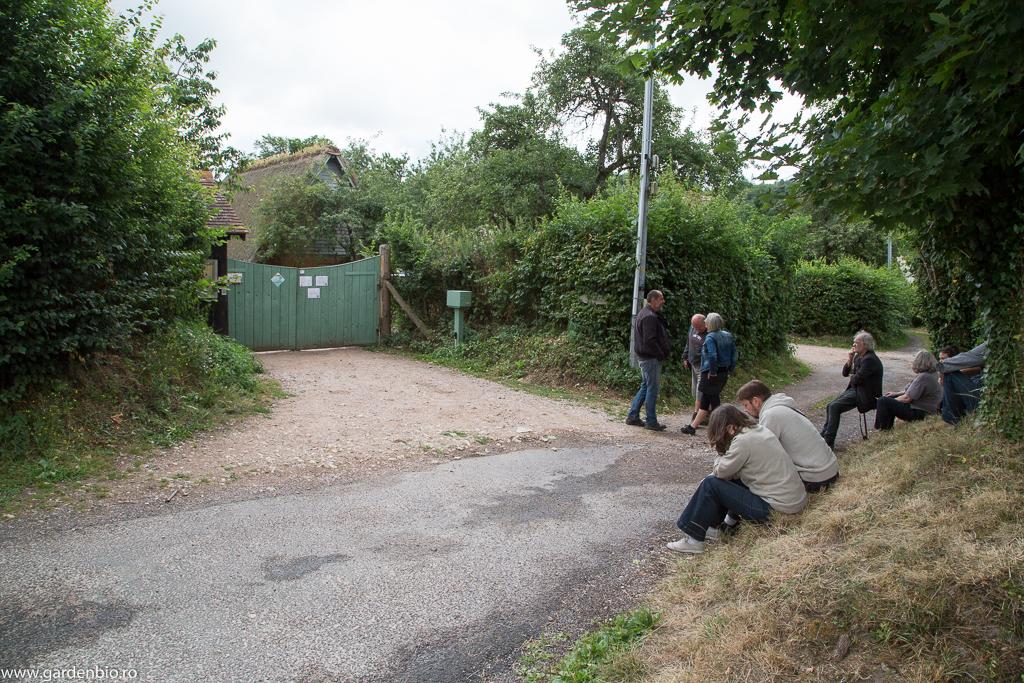 Primii vizitatori, din toată lumea, aşteaptă la poarta fermei cu 2 ore înainte de deschidere, printre care ne aflăm şi noi :)